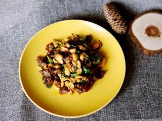 下酒菜牛肉炒酒鬼花生,翻炒均匀即可装盘出锅。