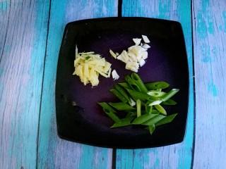 辣椒炒肉,然后切点葱姜蒜。
