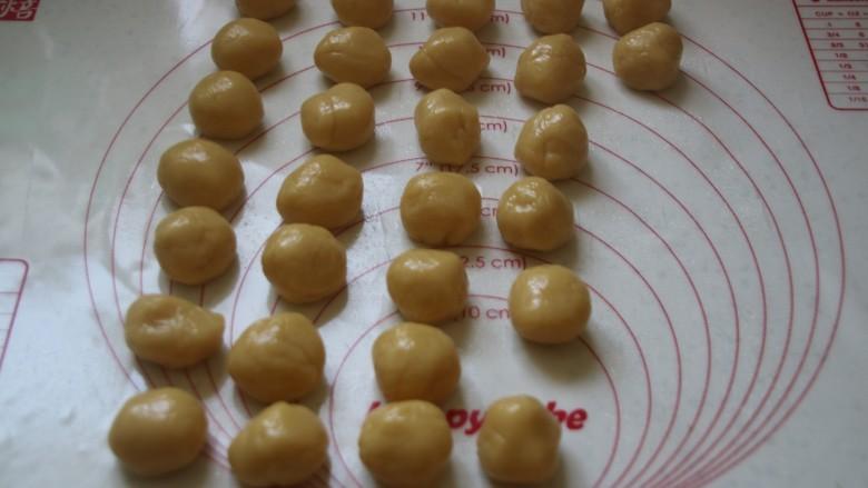 广式月饼,皮也对应,40克的馅10克的皮,35克的馅15克的皮