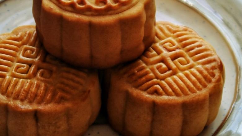 广式月饼,烤箱180度先烤3分钟,定型后在月饼表面轻轻刷上蛋黄水,注意一定不要刷的太多不然花纹会糊