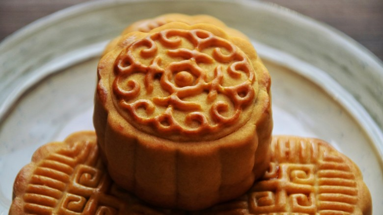 广式月饼,刷完蛋黄水再烤15分钟即可,出炉晾凉放进密封盒等两天让它回油