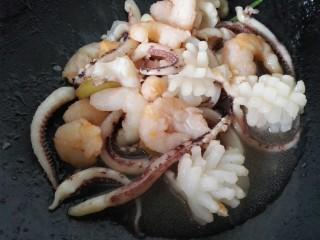 海鲜烩,快速翻炒熟盛出备用