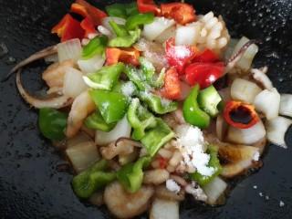 海鲜烩,放入适量盐、生抽、白糖进行调味