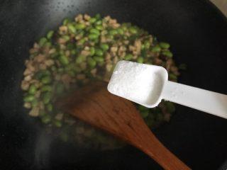 香菇青椒毛豆炒肉丁,加一小勺细盐