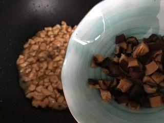 香菇青椒毛豆炒肉丁,下香菇