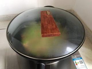 香菇青椒毛豆炒肉丁,大火烧开之后转小火,盖上锅盖煮4.5分钟