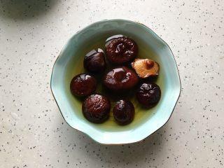 香菇青椒毛豆炒肉丁,香菇提前泡发