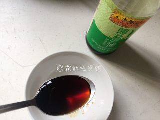 凉拌海带丝,调酱汁,根据生抽的咸度,放3–4勺生抽