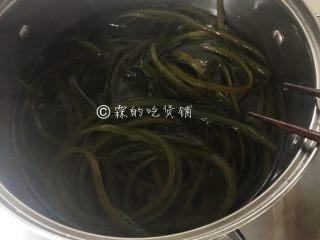 凉拌海带丝,锅里放水,烧开后把海带丝放入,汆烫2分钟