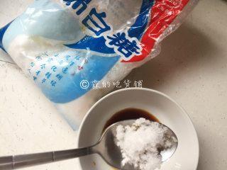 凉拌海带丝,半勺绵白糖(绵白糖比白糖更易融化,所以这里先用了绵白糖),搅拌至糖完全融化