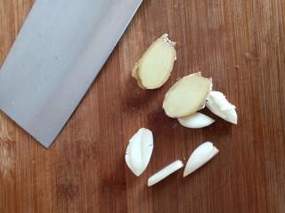 香菇焖鸡腿,姜蒜切片