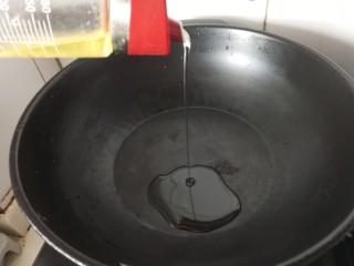 香菇焖鸡腿,热锅倒油