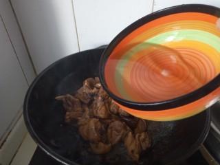 香菇焖鸡腿,加入清水,