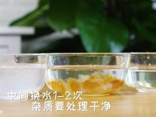 美容羹12m+,雪燕、桃胶、皂角,提前加清水浸泡18个小时,可以多放点水,泡一个晚上哦!中间换水1到2次,杂质要处理干净~