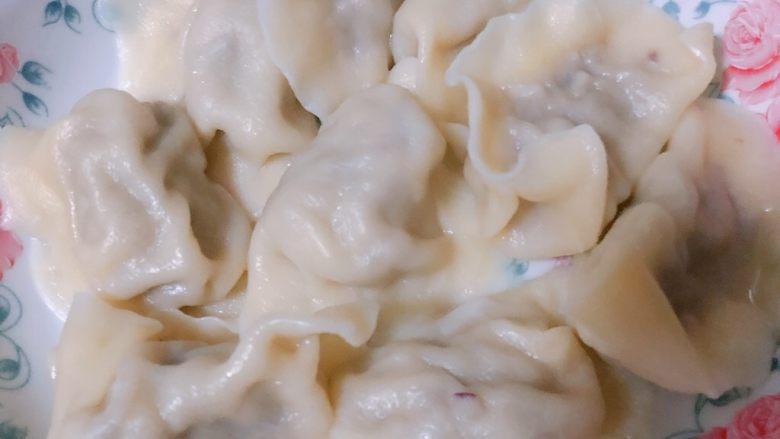 深林里的魔法香菇下的牛和小猪,煮饺子.加了一些食用盐. 少许