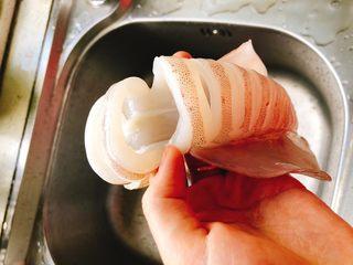 剁椒鱿鱼-下饭菜,大概留如图所示宽度,稍后清洗时不易弄断。