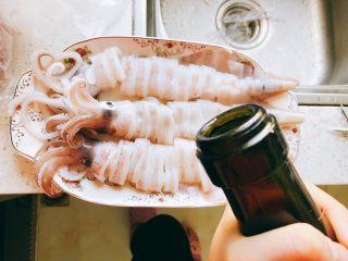 剁椒鱿鱼-下饭菜,倒入2勺料酒。