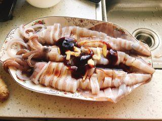 剁椒鱿鱼-下饭菜,加入2勺蚝油、3勺蒸鱼豆鼓、1勺糖。