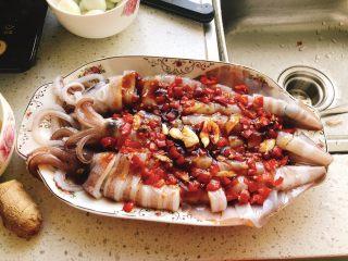 剁椒鱿鱼-下饭菜,最后铺上剁椒酱,用勺子铺均匀。