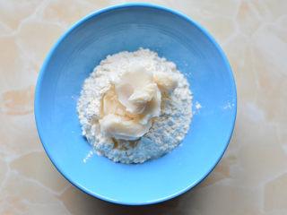 酥到掉渣的蛋黄酥,把油酥材料放在一个大碗里,揉成面团,这个过程需要有耐心,因为油酥会  很软,揉好后的油酥静置10分钟