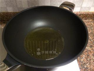 双菇板栗烧鸡,热锅倒油烧至八成热。