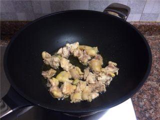 双菇板栗烧鸡,放入鸡肉翻炒1分钟。