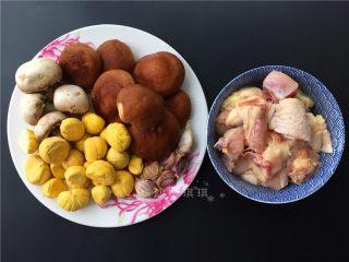 双菇板栗烧鸡,准备材料如图。