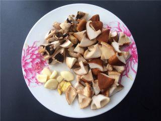 双菇板栗烧鸡,香菇和蘑菇切块,生姜拍扁,大蒜去皮。