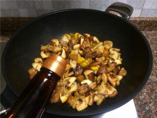 双菇板栗烧鸡,放入适量生抽翻炒30秒。