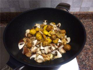 双菇板栗烧鸡,放入香菇、蘑菇和板栗翻炒2分钟。