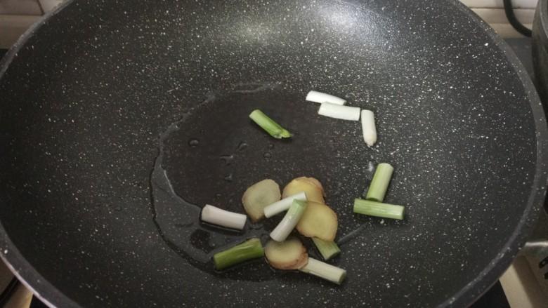 青椒肥肠,放入葱姜爆香