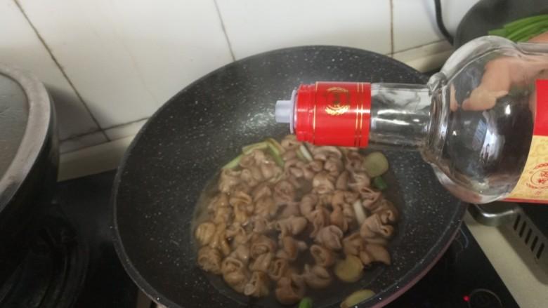 青椒肥肠,加白酒煮到汤汁浓稠