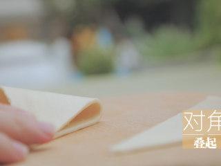榴莲的3+2种有爱做法「厨娘物语」,对角叠起,用叉子压边封口。