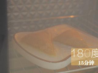 榴莲的3+2种有爱做法「厨娘物语」,刷上蛋液,放入烤箱,180度烤15分钟。(时间可根据自己的烤箱调整)