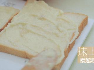 榴莲的3+2种有爱做法「厨娘物语」,2片吐司抹上榴莲泥。