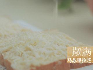 榴莲的3+2种有爱做法「厨娘物语」,撒满马苏里拉芝士。