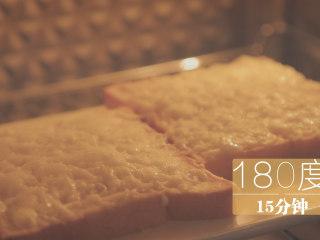 榴莲的3+2种有爱做法「厨娘物语」,放入烤箱,180度烤15分钟。(时间可根据自己的烤箱调整)