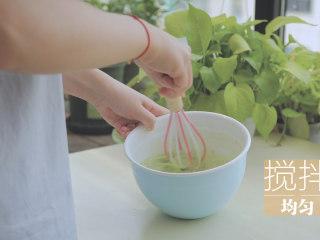榴莲的3+2种有爱做法「厨娘物语」,打入1个鸡蛋,150ml牛奶搅拌均匀。