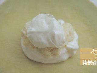 榴莲的3+2种有爱做法「厨娘物语」,班戟皮中放入一勺淡奶油、1勺榴莲泥,再加盖一勺淡奶油。