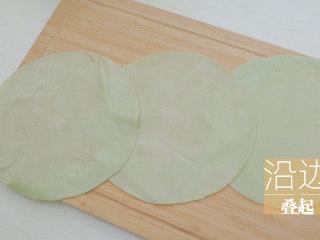 榴莲的3+2种有爱做法「厨娘物语」,[奶香榴莲毛巾卷] 将3张班戟皮沿边叠起。