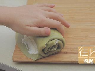 榴莲的3+2种有爱做法「厨娘物语」,将上下边叠起,从上至下往内卷好。