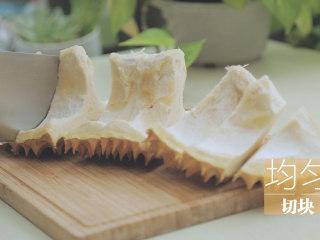 榴莲的3+2种有爱做法「厨娘物语」,[滋补榴莲鸡汤] 1瓢榴莲壳均匀切块,切去硬壳留下白色瓤切小块备用。