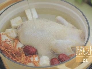 榴莲的3+2种有爱做法「厨娘物语」,倒入2L热水,小火慢煮1小时煮至软烂。