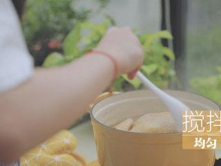 榴莲的3+2种有爱做法「厨娘物语」,放入8颗枸杞、2g盐搅拌均匀。
