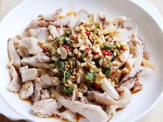 香辣口水鸡,锅中放清油,溅老,浅在调味料上,再淋到鸡肉上,撒上熟白芝麻和花生碎即可。
