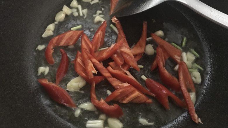 上班族快手菜,干锅花菜,再放入红椒炒软。