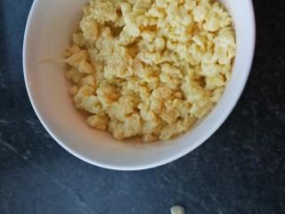 素馅饼,鸡蛋打入碗中搅拌均匀,热锅加入适量花生油稍加热,倒入鸡蛋快速搅拌至小块状关火,倒入碗中放凉待用