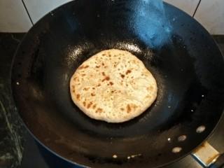 素馅饼,把面揉好分成小面团,擀直径约20厘米的面皮放入搅拌好的馅料包好,在擀成饼状,放入饼锅加油两面烙成金黄色,即可出锅