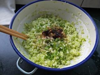 素馅饼,碎圆白菜放入盆中加入碎葱姜虾皮,加入十三香,倒入香油橄榄油耗油 ,加入味精搅拌