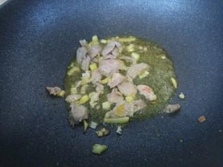 黑木耳炒肉,把猪肉片炒熟。